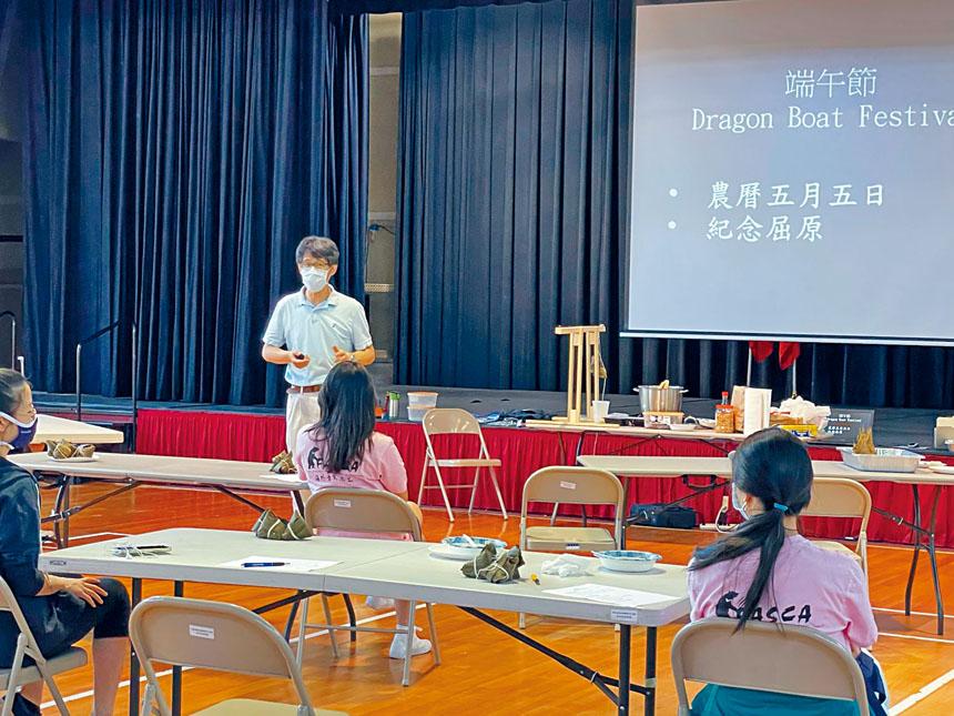 文化老師陶占祥講解端午節歷史及相關習俗。
