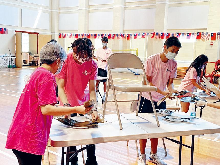 青少年文化志工學習包粽子。