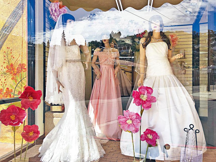 受到婚宴潮影響,無論是赴會客人還是新娘的姐妹團,都要設法打扮,因此造成晚會長裙的需求大增。    美聯社