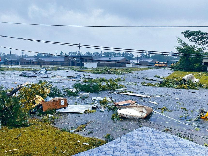 阿拉巴馬州受到熱帶風暴吹襲,至少已造成13人死亡。其中在一條州際公路,十多輛汽車在惡劣天氣下相撞,造成9名兒童在內、共10人喪生的慘劇。美聯社
