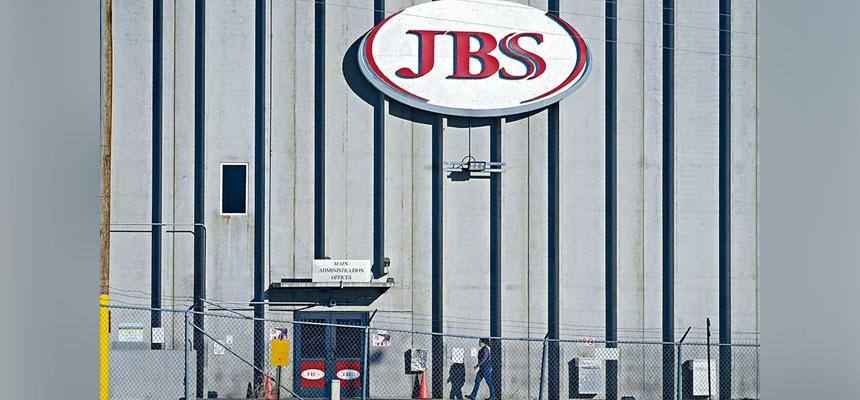 JBS美國子公司的首席執行官諾蓋拉稱,上周的網絡攻擊令多家工廠暫時關閉,公司不得不向網絡犯罪分子支付了1100萬美元贖金。    美聯社