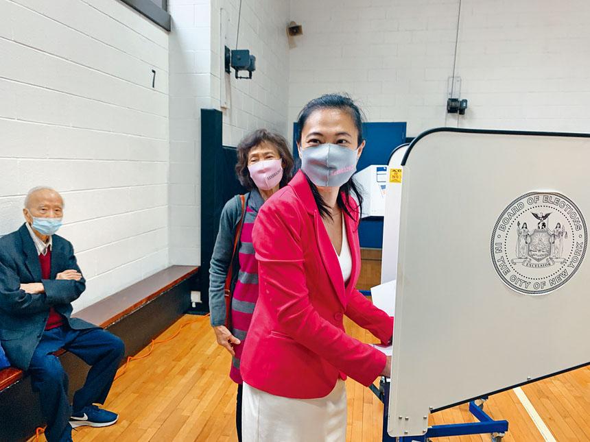 黃敏儀是最先一位市議員參選人在男童會提前投票的人,她與父母一起投票。