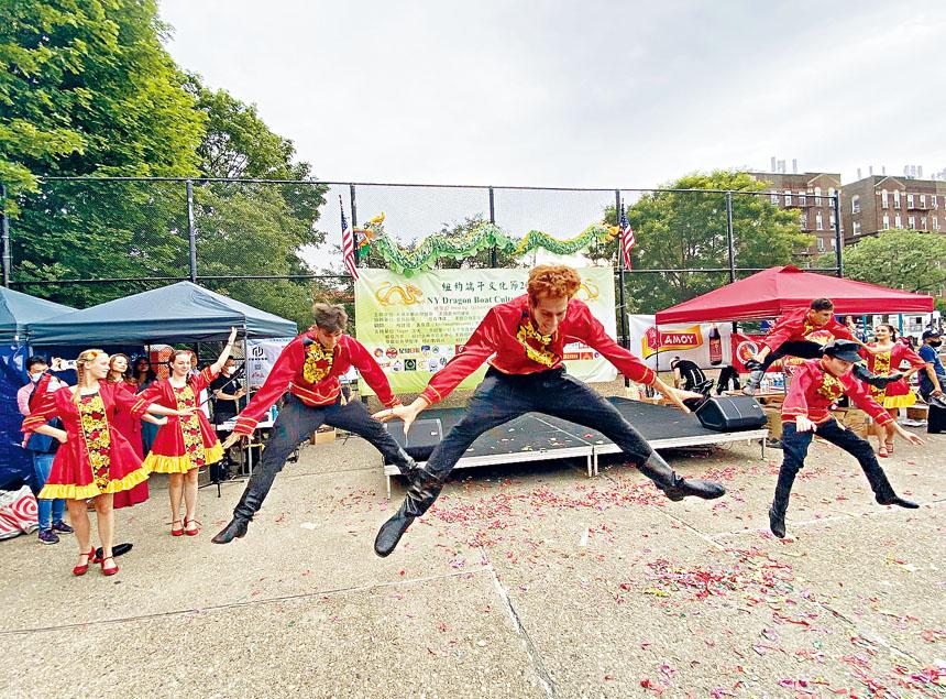 俄羅斯舞蹈表演。 張之銘攝