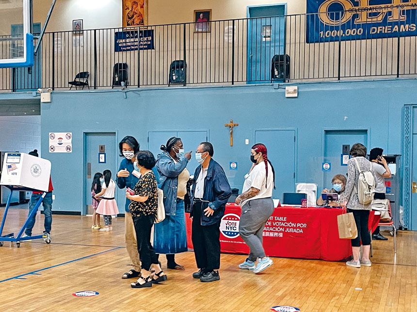 投票站內可見稀稀疏疏的華裔選民。
