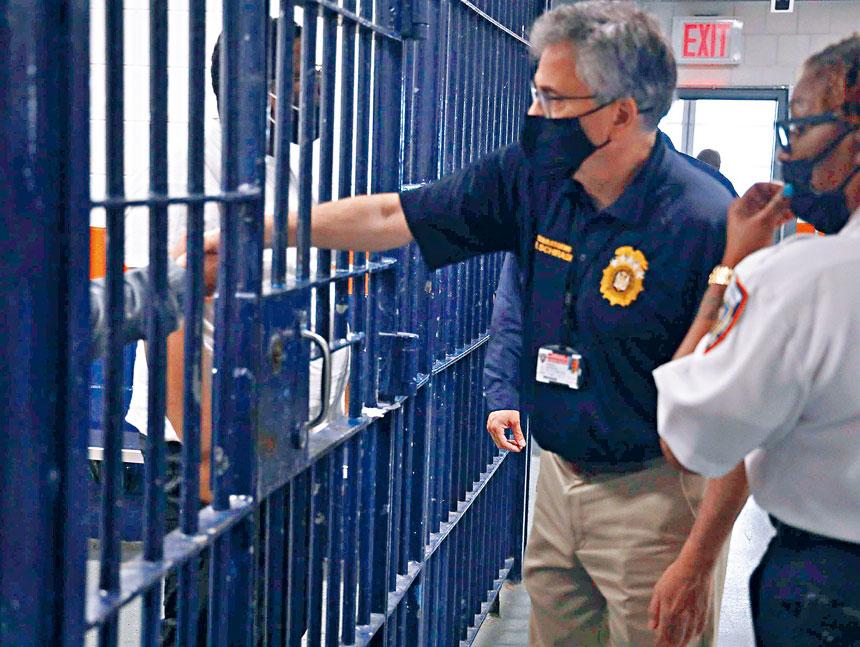 懲教局局長希拉迪本月探訪被拘留人員和懲教工作人員。 圖片來自懲教局