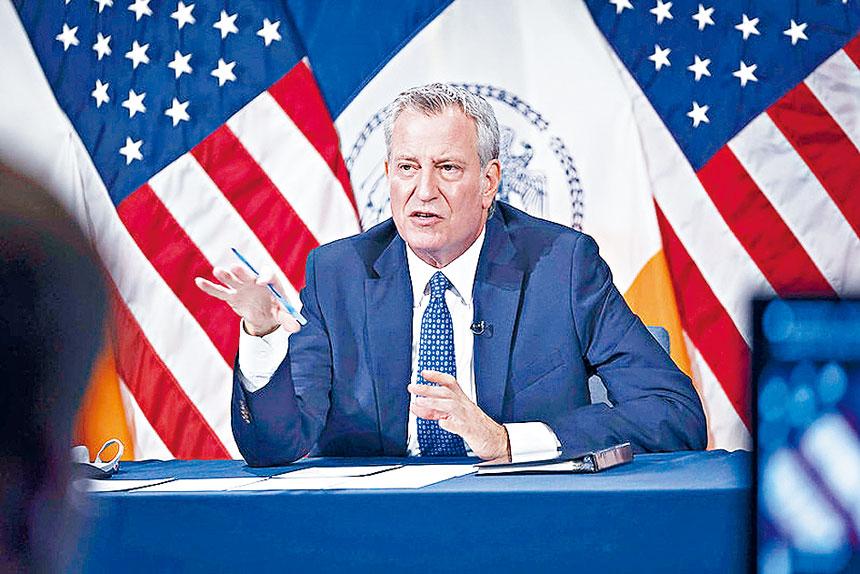 白思豪記者會上宣布紐約市新冠確診率創下疫情開始以來的最低記錄。