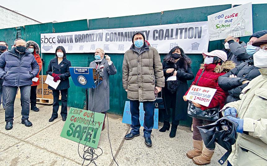 寇頓(發言者)等多位民代曾於2月冒雨集會抗議無家可歸者庇護所計劃。