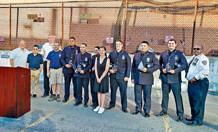 109分局向表現優異的警察頒獎。
