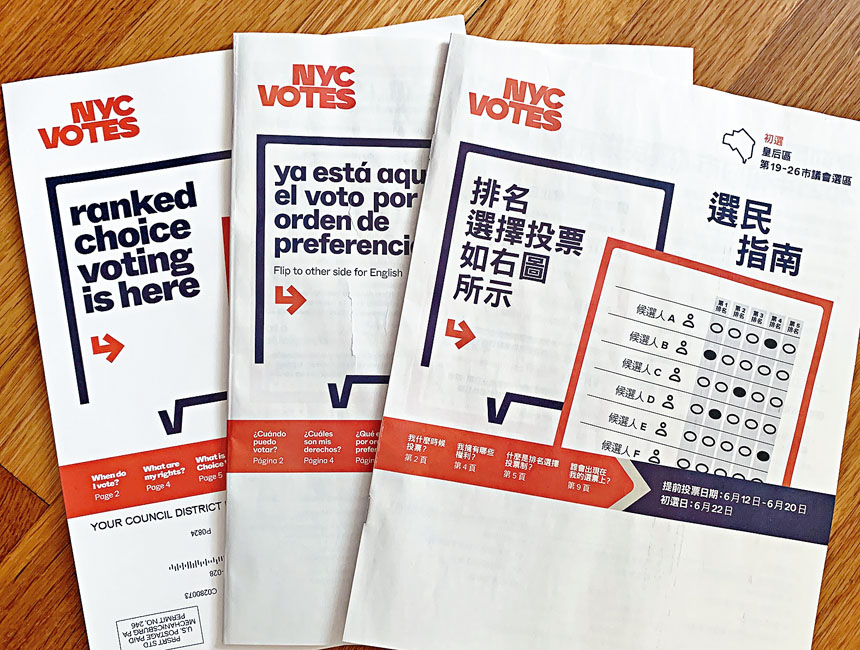 紐約市選舉局印製包括中文等十多種文字版本的2021年公職競選「選民指南」介紹紐約市首次採用選票上可投票給5名侯選人排序的選舉法。