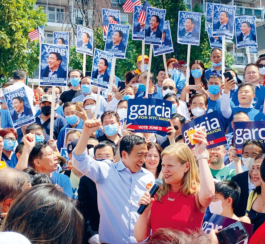 楊安澤與加西亞聯手競選策略,在緬街圖書館的近千人造勢大會上呼籲選民投票支持。