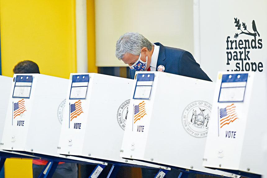 白思豪參加投票。