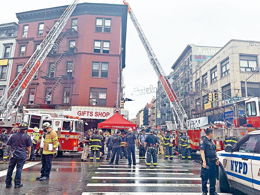因開始下雨,消防部門還在現場搭起了臨時「指揮所」。