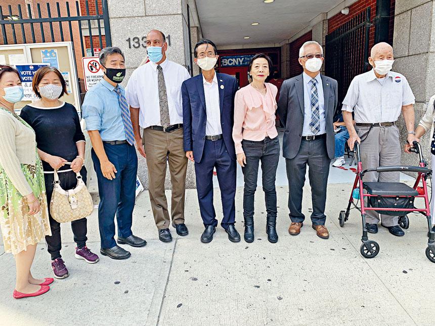 市議員參選人尹導、楊愛倫、崔容準、陳海靈、王能及米蘭特等在法拉盛男童會投站前訴求公平投票。