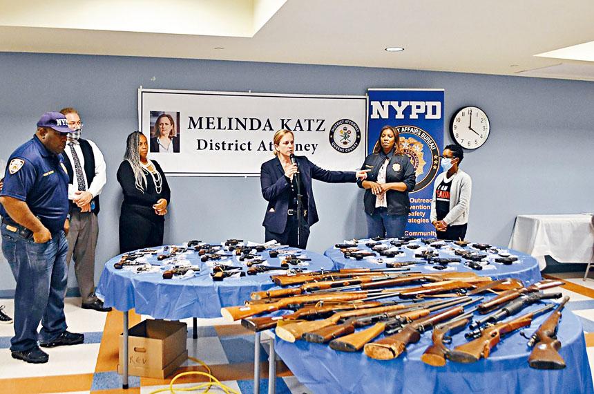 皇后區回收槍械活動收到79支槍。卡絲辦公室提供