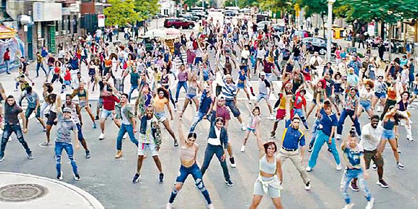 在街道多場大型歌舞是這部電影的特色,充滿生命氣息及活力。