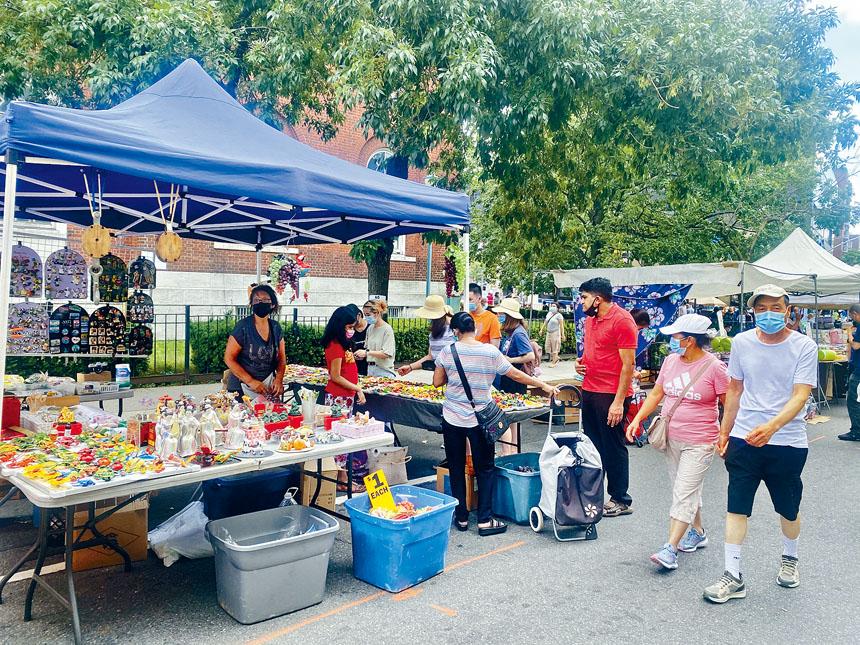 法拉盛街坊節吸引許多消費者。
