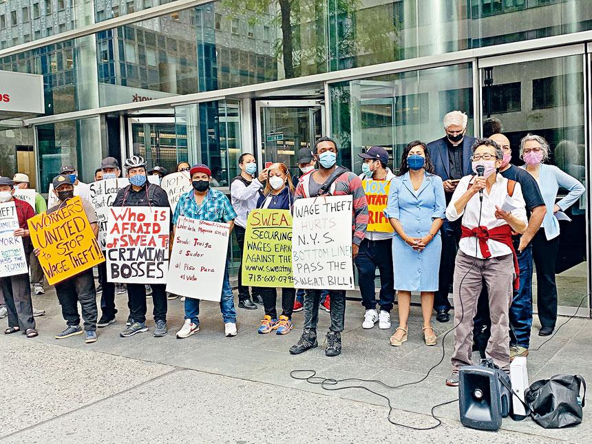 數十工人2日在州長辦公室前示威,要求州議會盡快通過「防工資盜竊法案」。