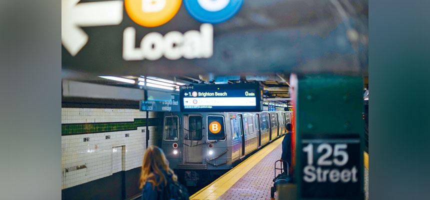 地鐵服務被視為曼哈頓商業區恢復正常上班的重要因素。           Karsten Moran/紐約時報