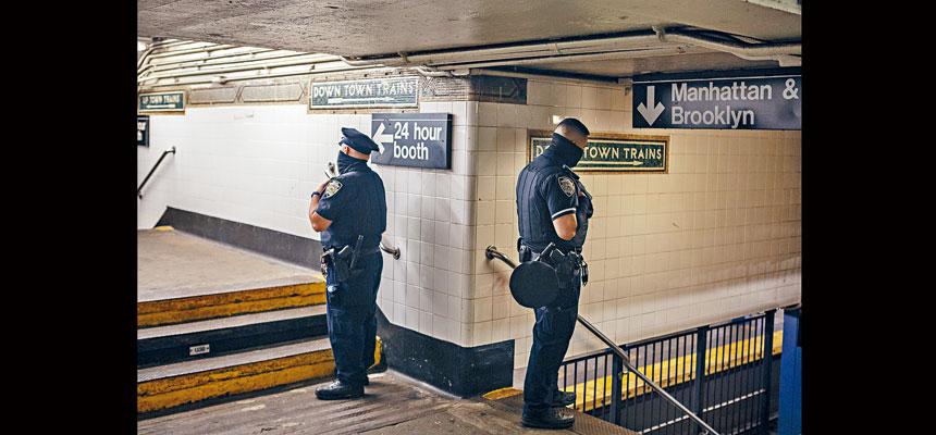 市警在早晚繁忙時段增加125名警察巡邏地鐵系統。      Kirsten Luce/紐約時報