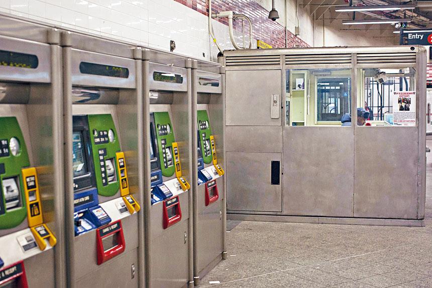 地鐵票務亭將停止進行人手交易。 Dave Sanders/紐約時報