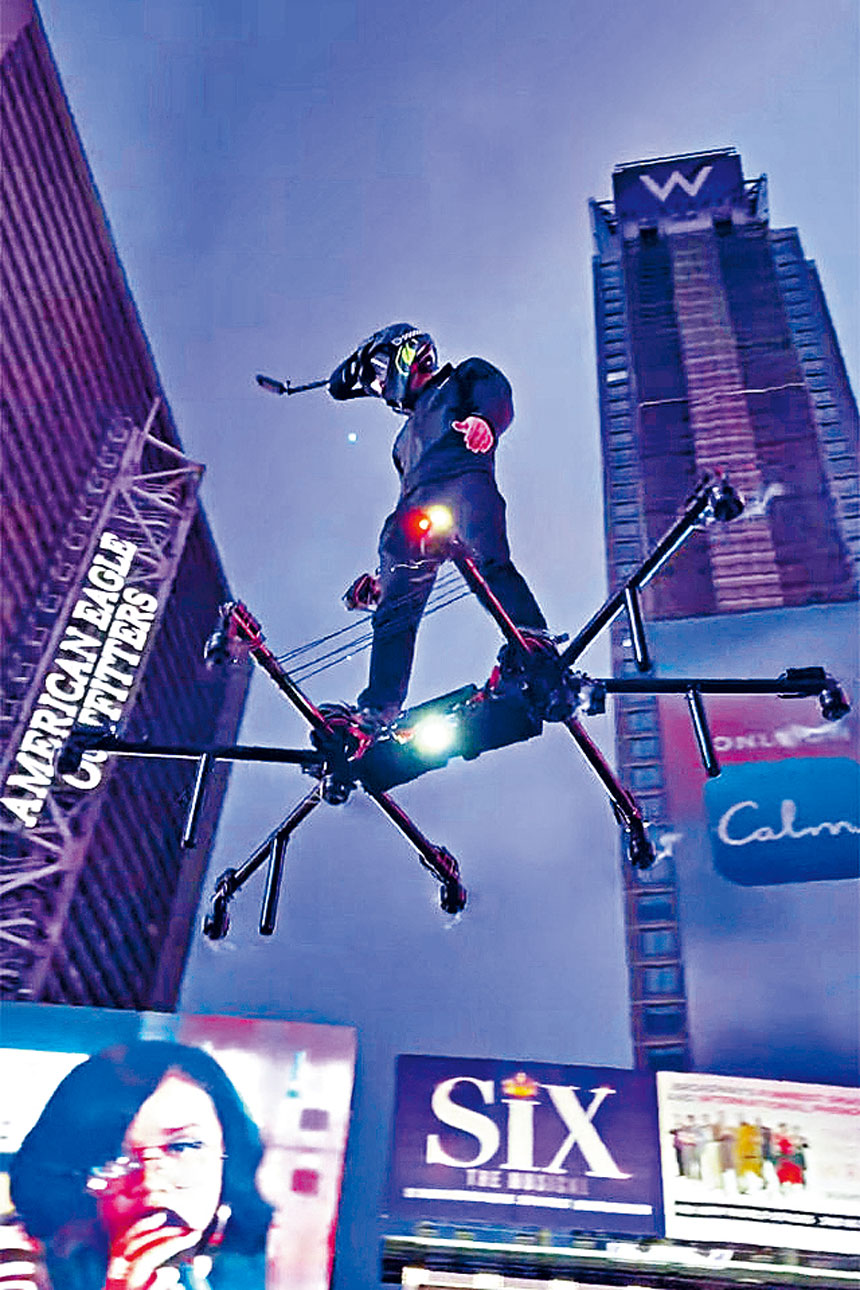 科瓦爾德踏著懸浮滑板在時報廣場上空飛翔。  影片截圖
