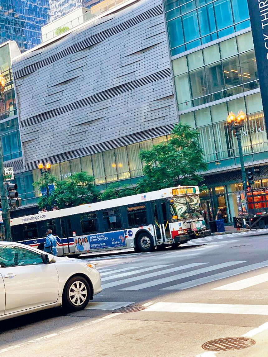 芝加哥市中心商店與餐館林立的州街(State Street)將在7月11日開始,逢周日早上11時至晚上8時變身為步行街。梁敏育攝