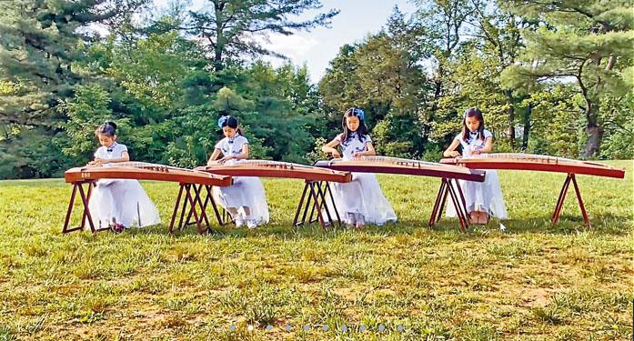 古箏班同學在實地表演。