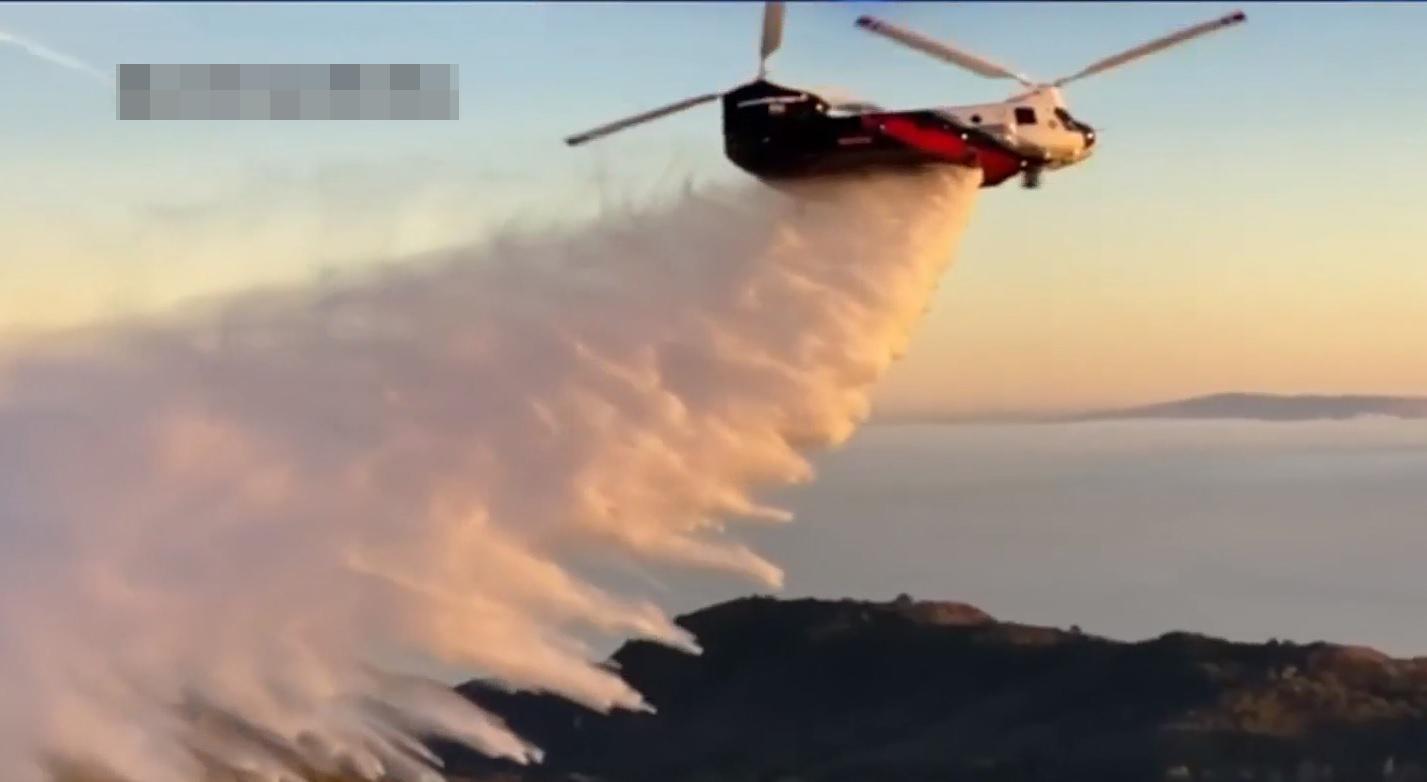 高溫來襲南加野火風險升級,兩架世界上最大的消防直升機CH-47已待命。NBC 7 截圖