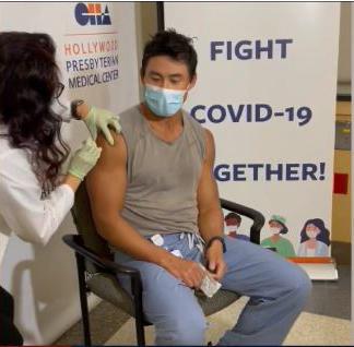 亞裔醫生Eugene Choi在完全接種後仍不幸感染病毒。FOX 11