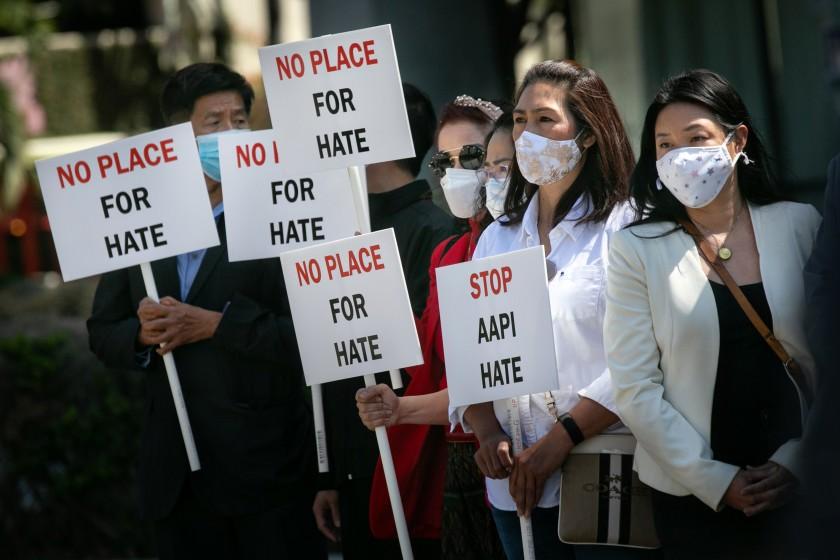 針對亞裔的仇恨犯罪增加,亞裔民眾走上街頭抗議。洛杉磯時報