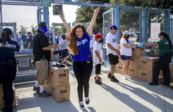 加州全面解封,道奇球場民眾歡喜看球賽。洛杉磯時報
