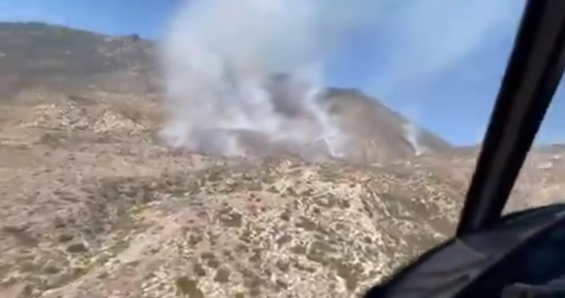 聖地牙哥東郡偏遠沙漠爆發「Overland Fire」,地處荒漠地面人員難以接近,多透過消防直升機進行任務。聖地牙哥縣警局推特