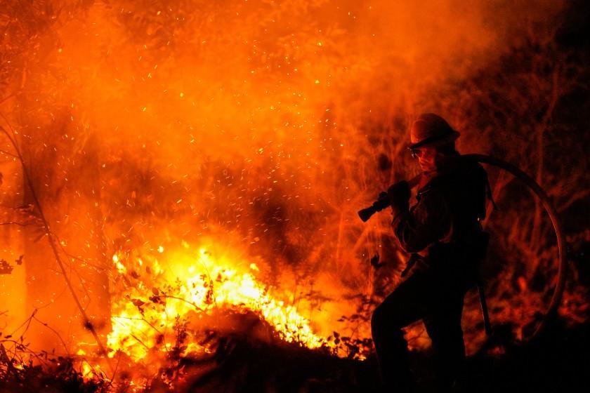 去年10月的一場大火中,消防員正在努力控制火勢。洛杉磯時報