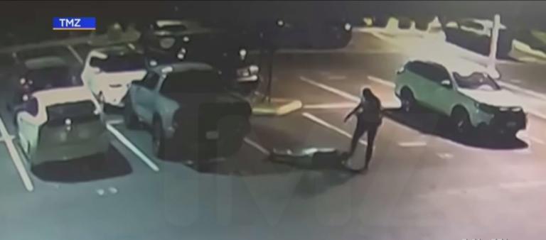 一名聖伯納汀諾縣警察被拍到踢踹已經投降的嫌犯頭部。CBSLA新聞畫面
