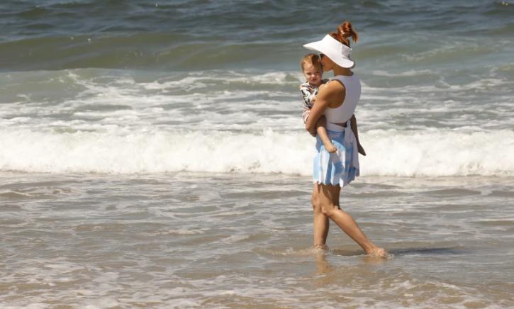 天氣炎熱,民眾在海邊戲水。洛杉磯時報檔案照