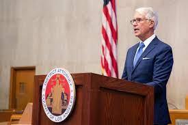 洛縣檢察長賈斯康因為一系列的改革方針引發部分民眾不滿。洛縣辦公室