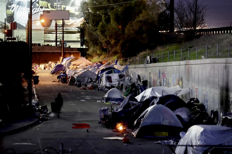 洛杉磯國際機場附近的遊民帳篷。LA Times