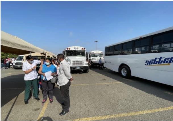 墨西哥下加州許多加工出口廠包車載員工去疫苗站,場面熱烈。聖地牙哥論壇報