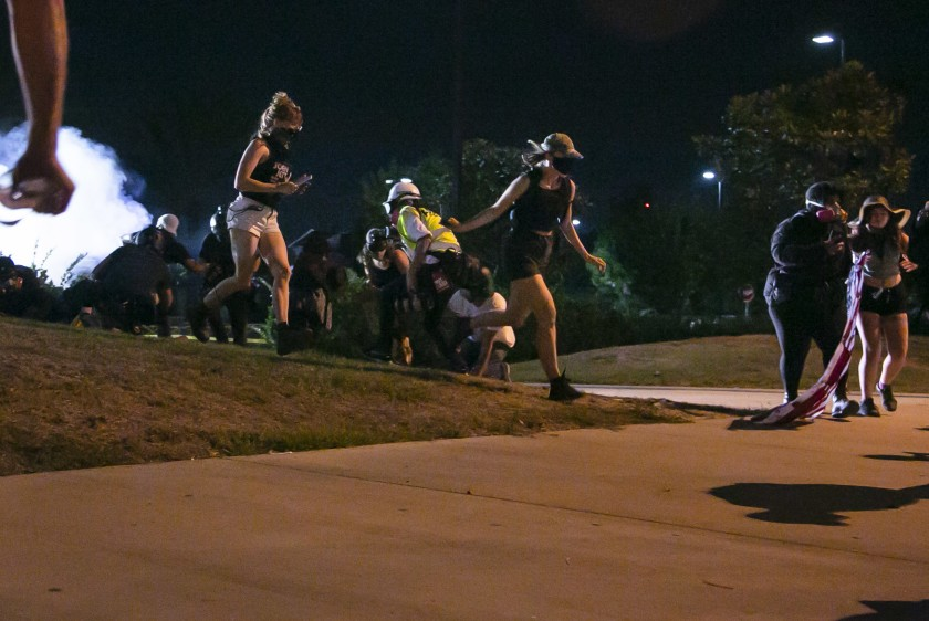 抗議民眾奔跑著尋找可以掩蔽的地方。洛杉磯時報