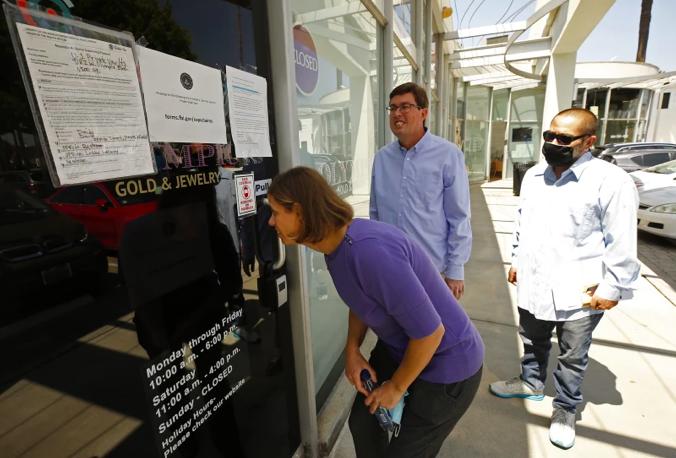 十幾名「美國私人金庫」(U.S. Private Vaults)保險箱客戶聯合向聯邦調查局和執法機構提起訴訟,欲討回保險箱現金和其他貴重物品。洛杉磯時報