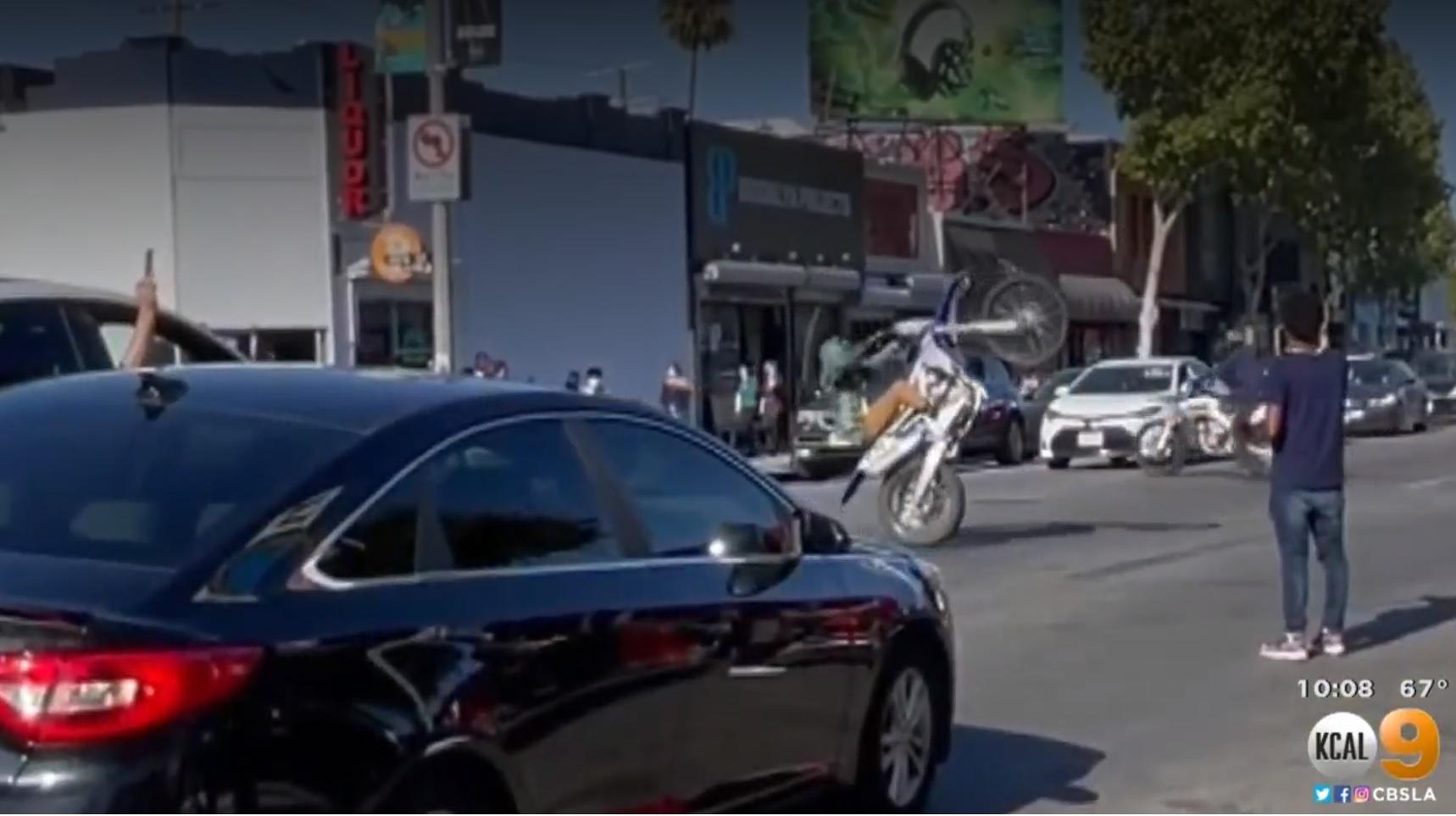 費爾法克斯地區常有機車騎士表演拉單輪吸引人注目,在地商家已不堪其擾。CBSLA