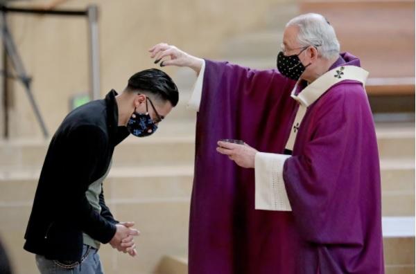 洛杉磯天主教總校區宣布,完全接種教友無須戴口罩即可參加室內彌撒。洛杉磯時報