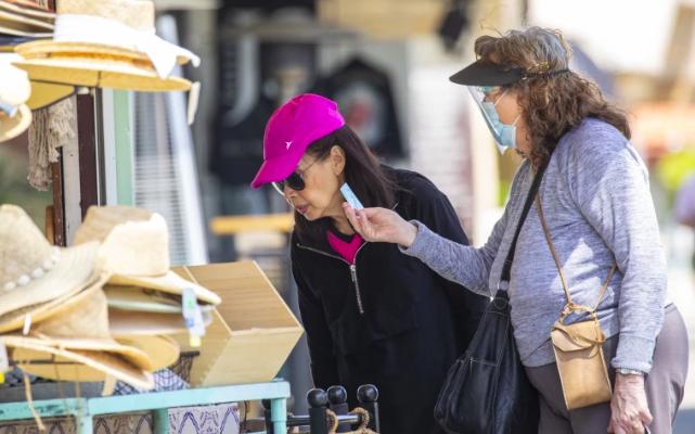 儘管加州解除限制一步之遙,但傳染病專家仍建議居民戴上口罩。洛杉磯時報