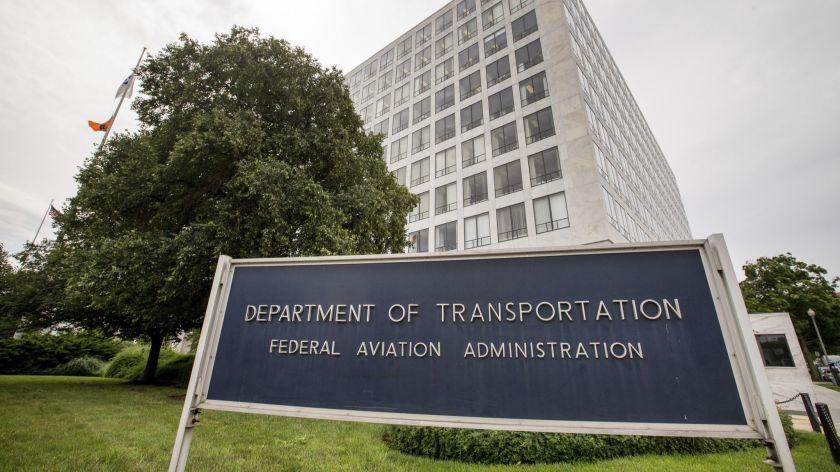 聯邦航空局提議對一名在飛機上抽電子菸的乘客重罰1萬美元。美聯社