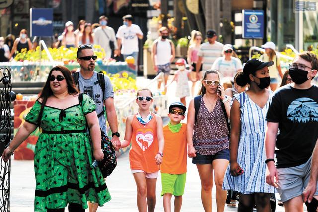 很多數據顯示,加州經濟經受住了新冠疫情的考驗。圖為加州6月15日全面重啟後民眾在洛杉磯環球影城遊覽。美聯社