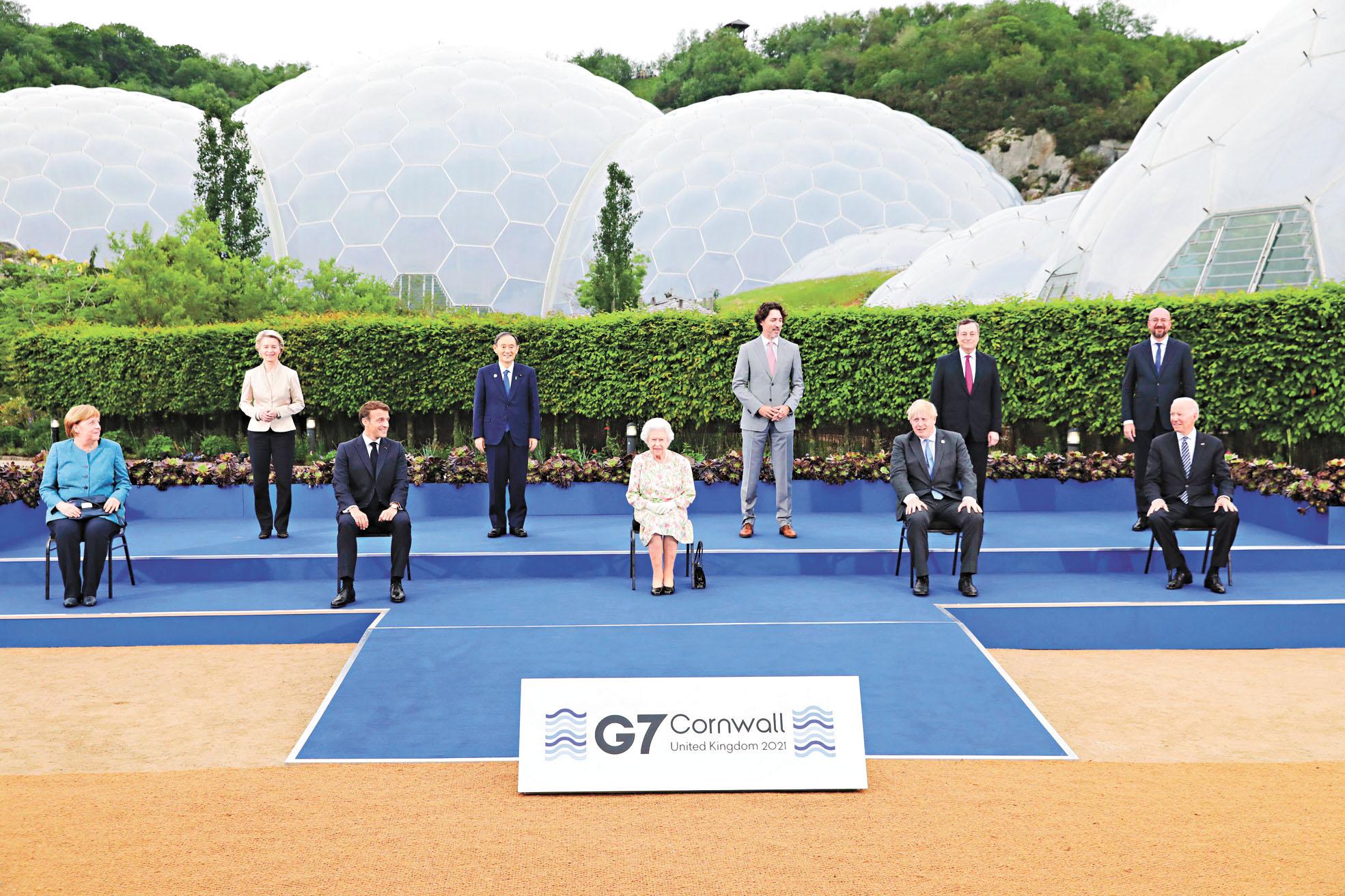 英女王伊利沙伯二世(前排中)與七國集團領導人合影。美聯社