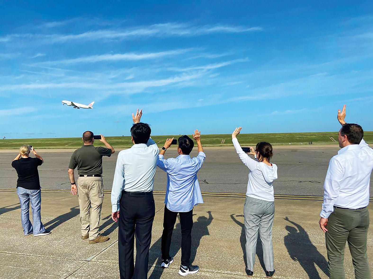 美國贈送台灣250萬劑疫苗(小圖),美東時間19日由華航貨機運送,從曼菲斯起飛,駐美代表蕭美琴(右2)前往送機。中央社