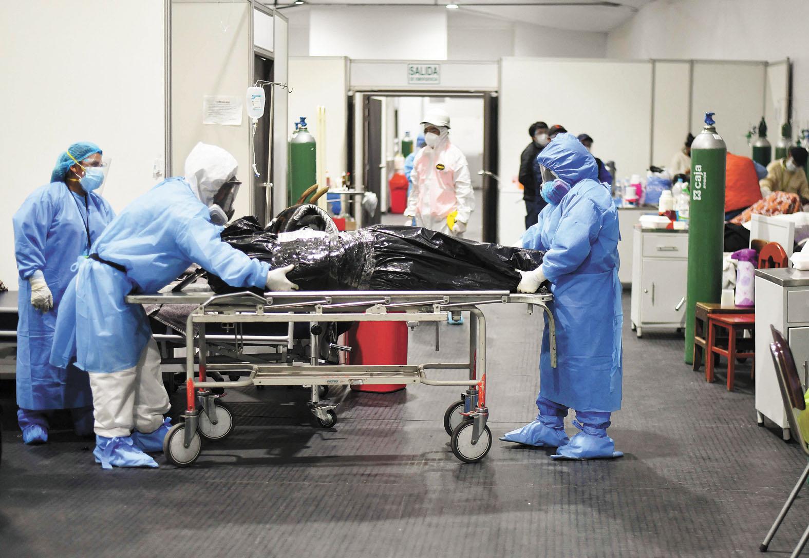 ■肆虐全球一年多的新冠病毒疫情造成的死亡人數已經超過380萬。圖為秘魯醫護人員運送新冠死亡病患。法新社