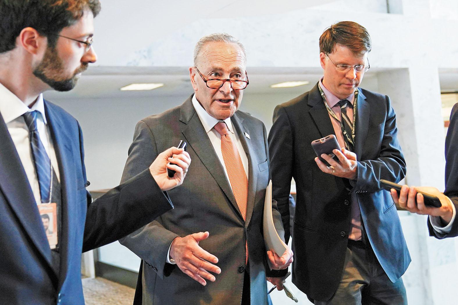 ■美國參議院8日通過《美國創新及競爭法》,舒默(中)形容法案對外交及國家安全都影響深遠。美聯社