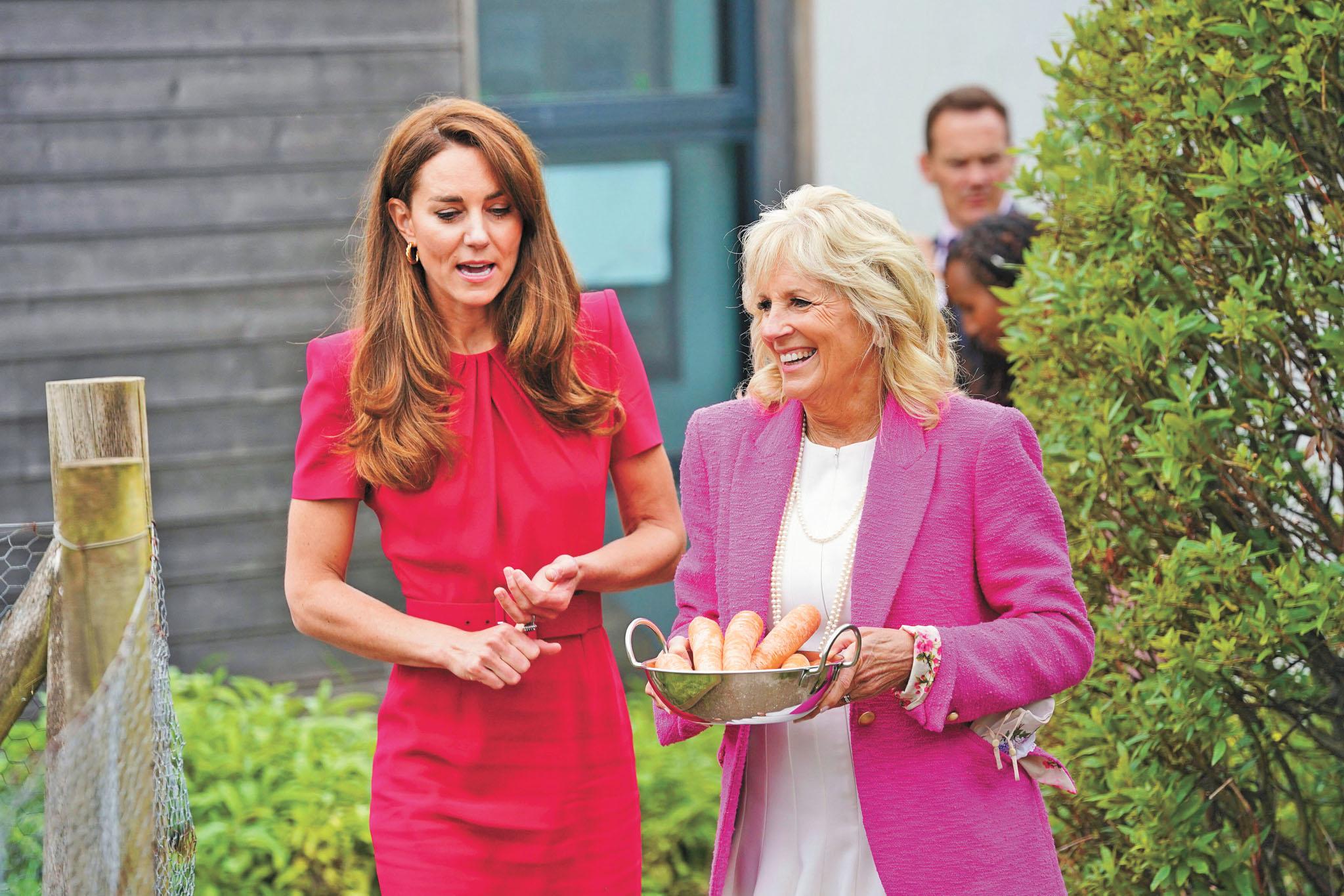 英國威廉王子夫人凱特(左)與美國第一夫人吉爾(右)參觀一所學校。美聯社